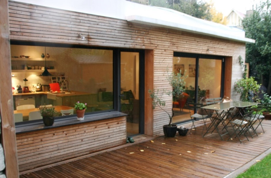 Extension contemporaine bardage bois green river for Extension maison parpaing